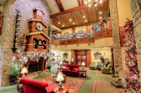 Recepción del hotel donde siempre es navidad decorado con árboles y guirnaldas