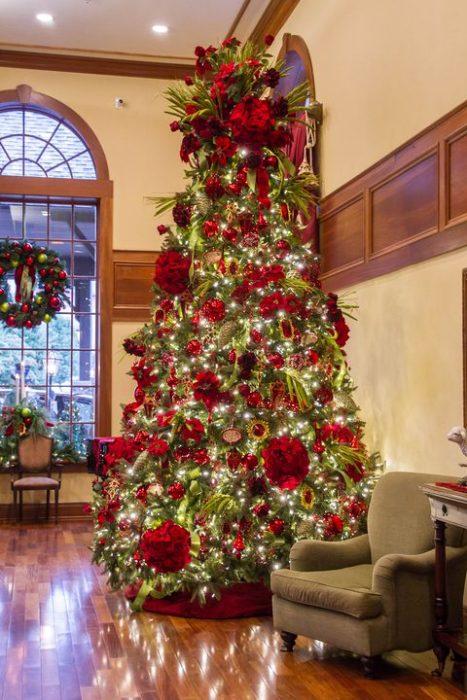 árbol de navidad decorado con colores rojos. Colocado en el hotel donde siempre es navidad