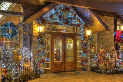 Entrada del hotel donde siempre es navidad decorado con luces guirnaldas y coronas
