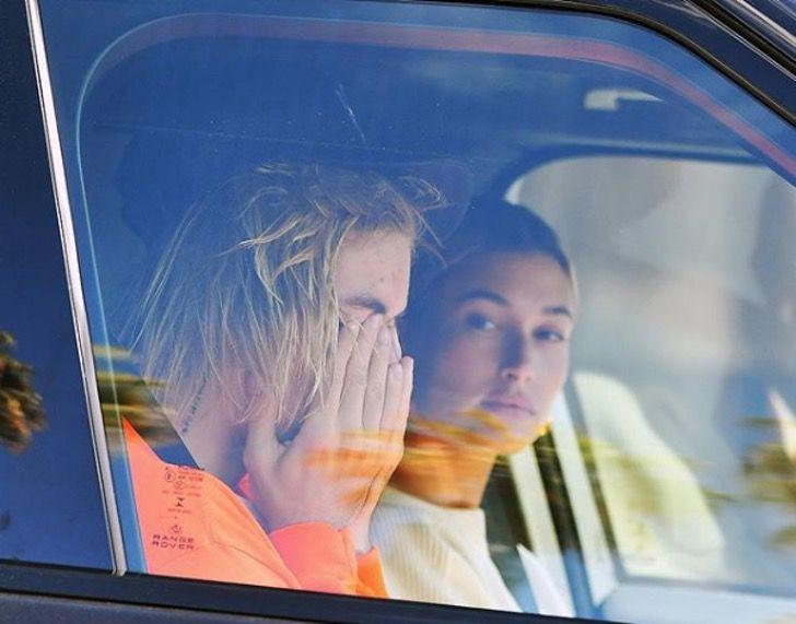 Justin Bieber llorando dentro de una camioneta mientras su esposa lo consuela