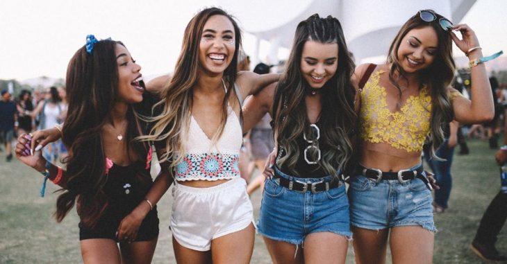 grupo de amigas en un concierto
