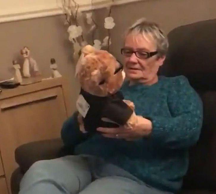 Abuela sosteniendo a un oso con voz en sus manos
