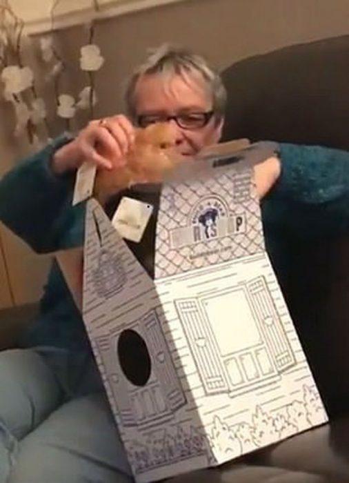 Abuela sacando un oso teddy de su caja