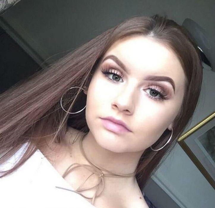 Chica posando para una selfie