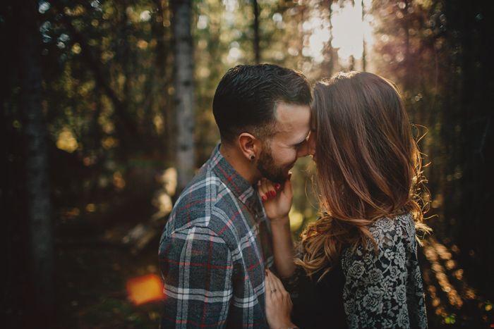 Pareja de enamorados abrazada en el bosque