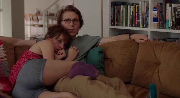 Pareja de novios viendo una película abrazados