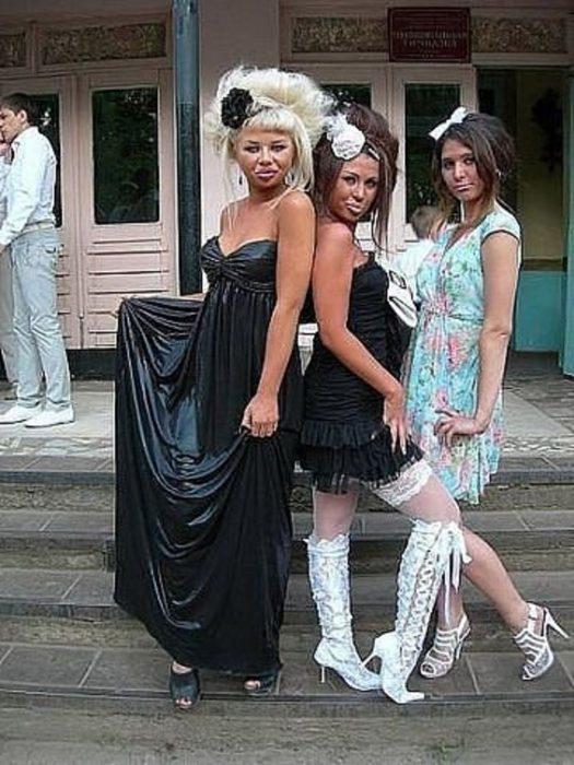 mujer con vesitdo negro de plástico