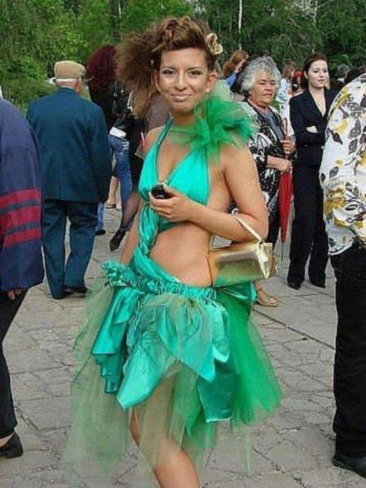 mujer con vestido verde corto