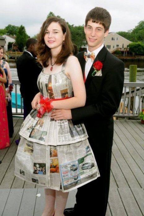 mujer con vestido de periódico