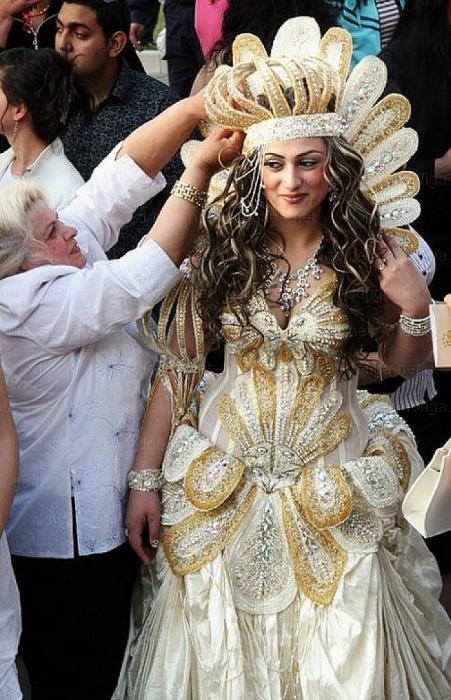 mujer con vestido blanco dorado y corona