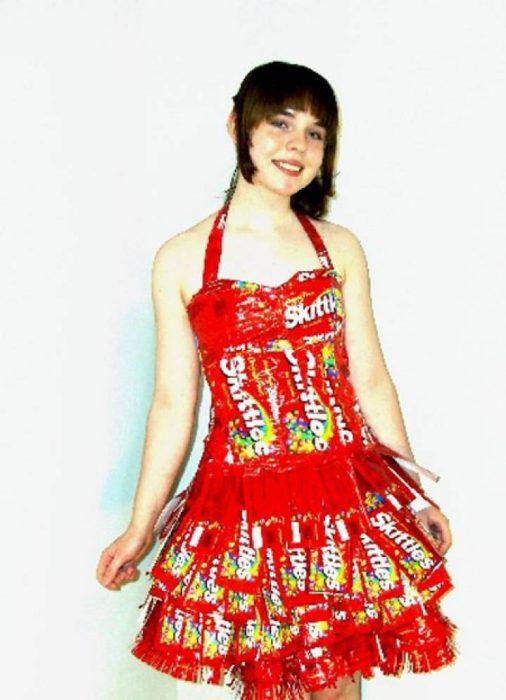 mujer con vestido rojo de skittles