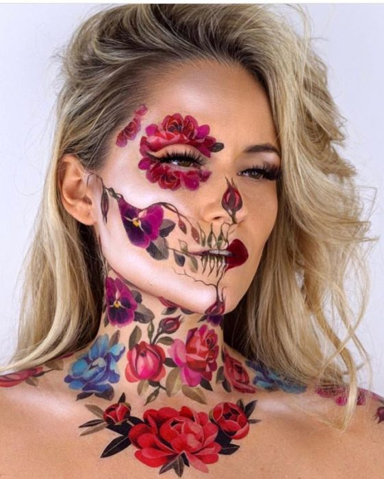 Chica rubia con maquillaje de calavera con flores, Catrina