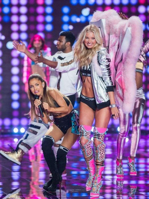 Ariana Grande casi es golpeada por el ala de una modelo en desfile de modas