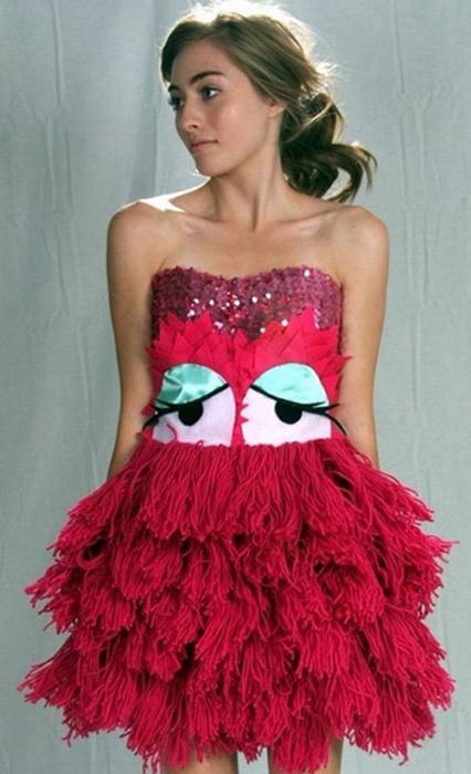 mujer con vestido rojo de plumas