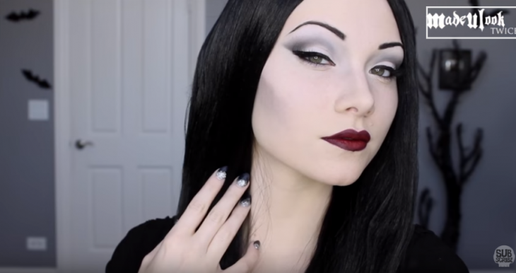 mujer con maquillaje blanco de morticia