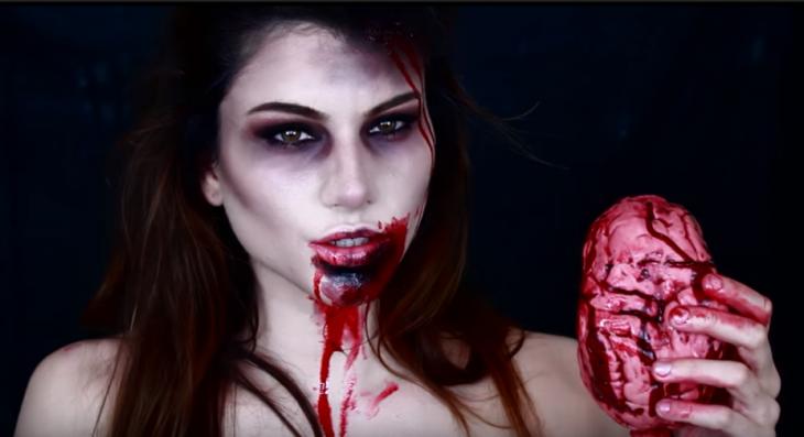 mujer maquillaje zombie y cerebro con sangre