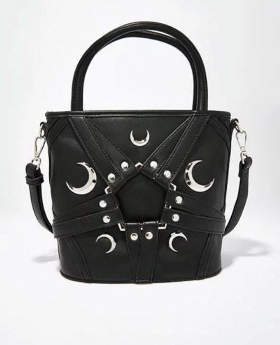 bolso negro con lunas y pentágono