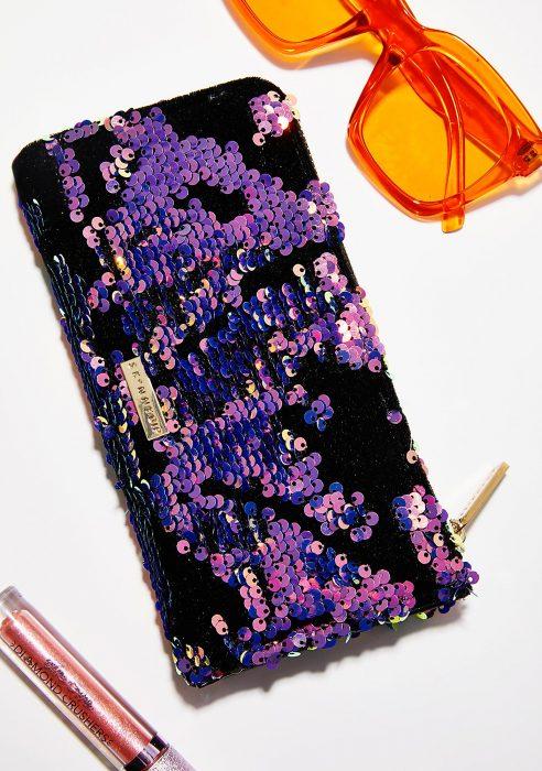 cartera con lentejuelas color morado y negro