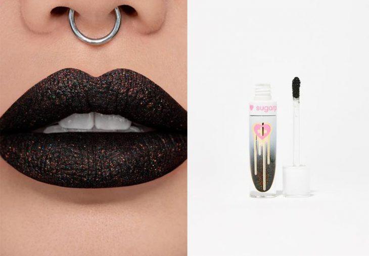 labial de color negro boca con aretes