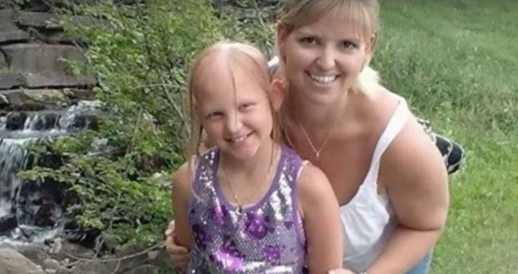 madre e hija con cabello rubio
