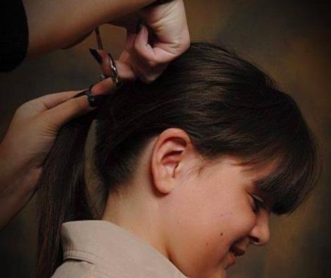niño cortando su cabello