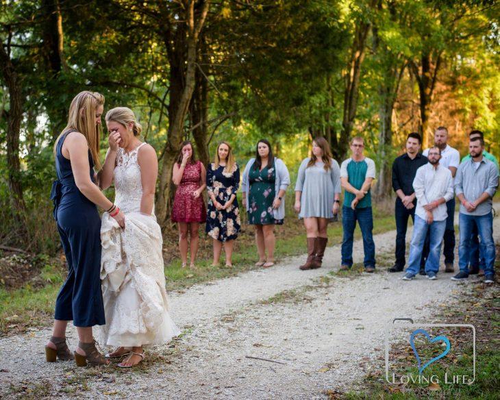 Chica junto a sus damas de honor y padrinos de la boda