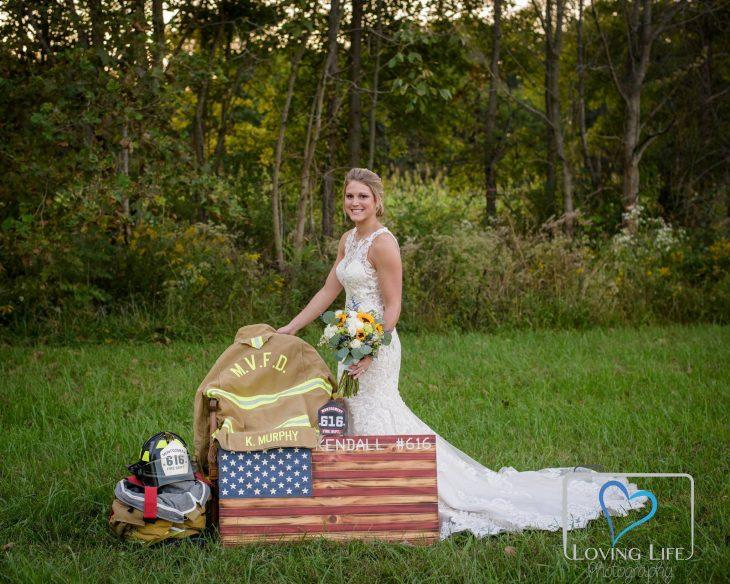 Chica vestida de novia junto a las pertenencias de su prometido fallecido