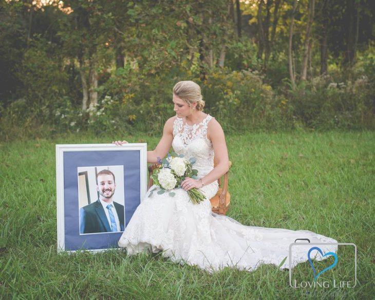 Chica vestida de novia sosteniendo una foto de su novio fallecido