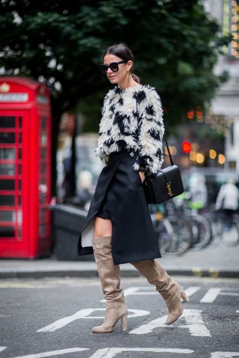 Chica usando botas con plisados