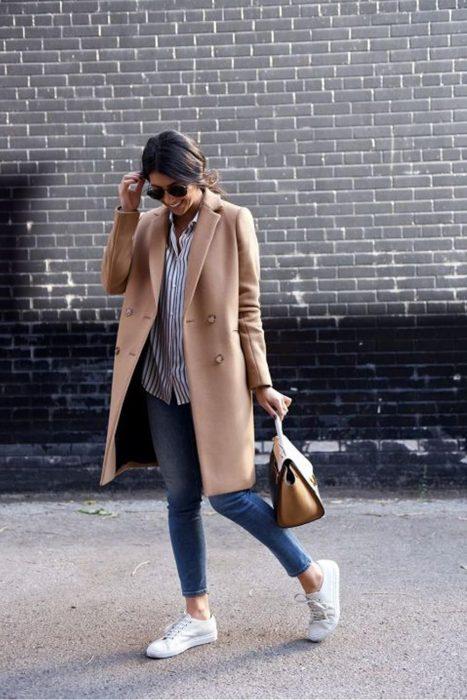 Chica usando un abrigo de color camel