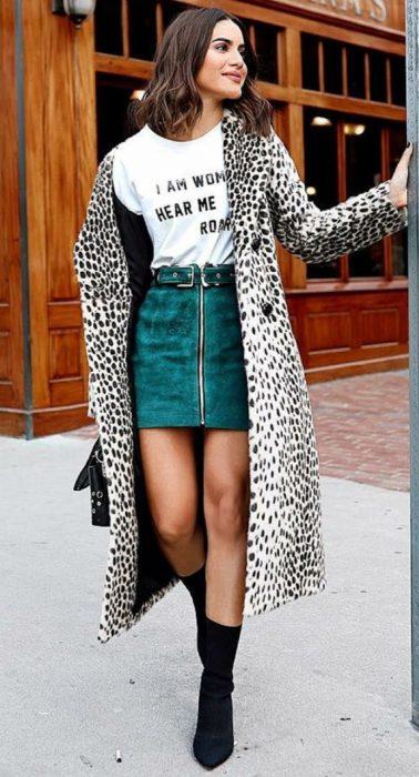 Chica usando un cardigan de leopardo