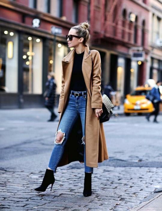 Chica usando un abrigo oversize color camel