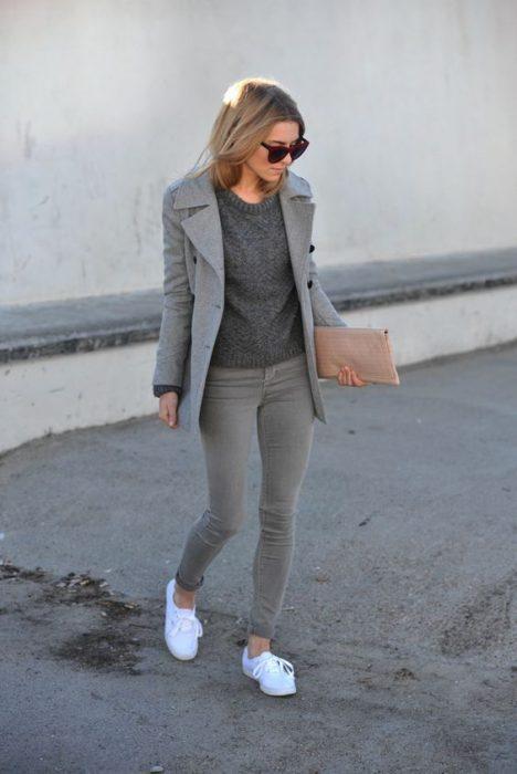 Chica usando un outfit de color gris