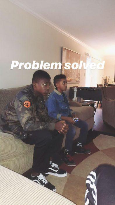 Chicos jugando videojuegos en la sala de una casa