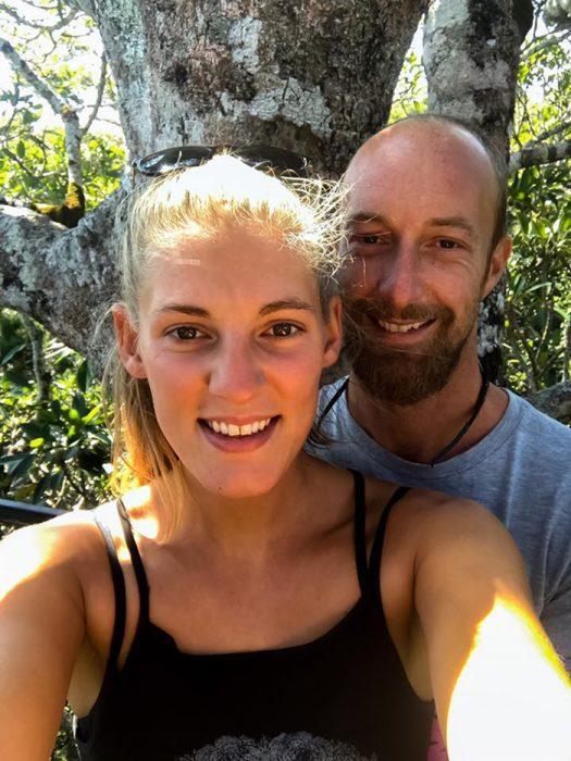 Iona Stewart y Martin Hill pareja que compro un camión y lo remodeló