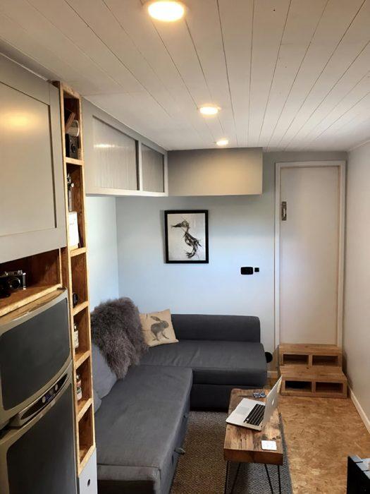 Camión remodelado con una sala