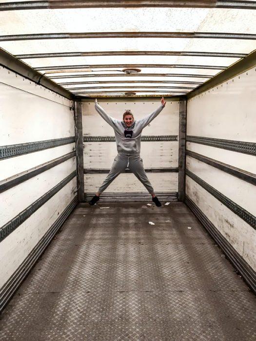 Iona Stewart chica que remodeló un camión saltando dentro de él