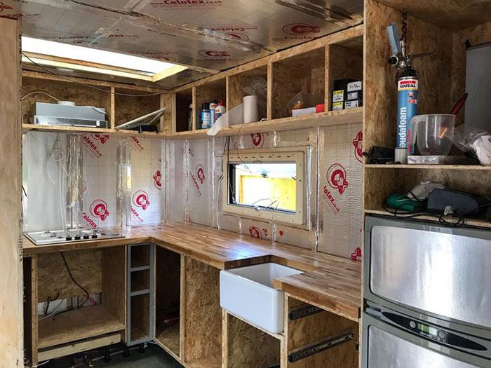 Cocina de un camión que fue remodelado para convertirse en casa