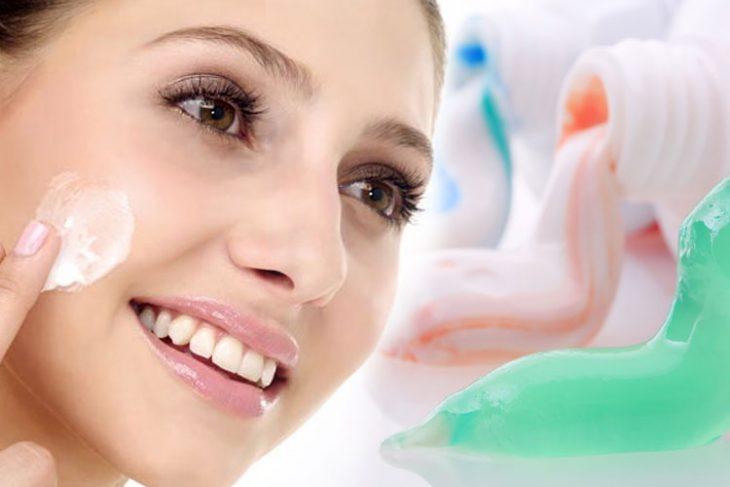 mujer con pasta de dientes en el rostro