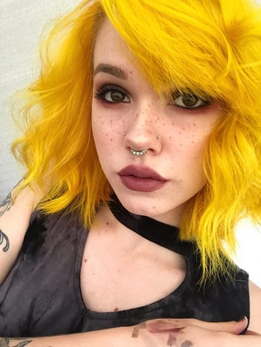 Chica con cabello corto pintado amarillo