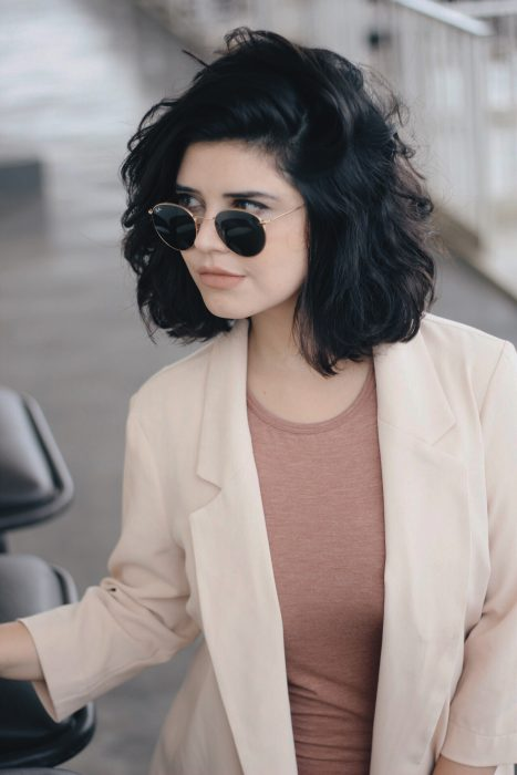 Chica con cabello corto peinado hacia un lado