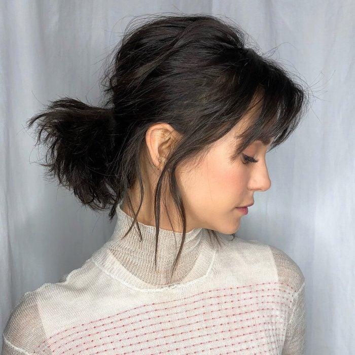 Chica con cabello corto peinado con pasadores