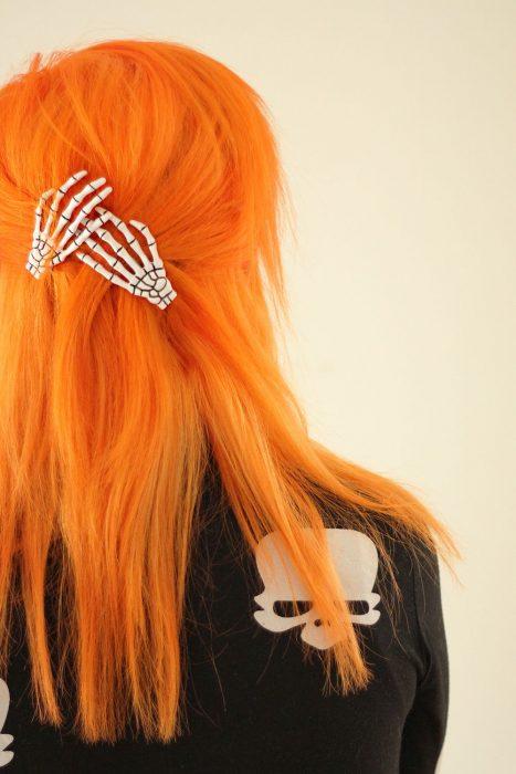 chica con cabello naranja