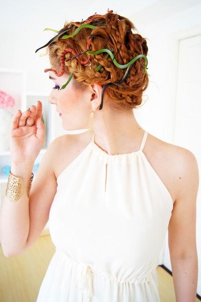 chica con peinado de medusa