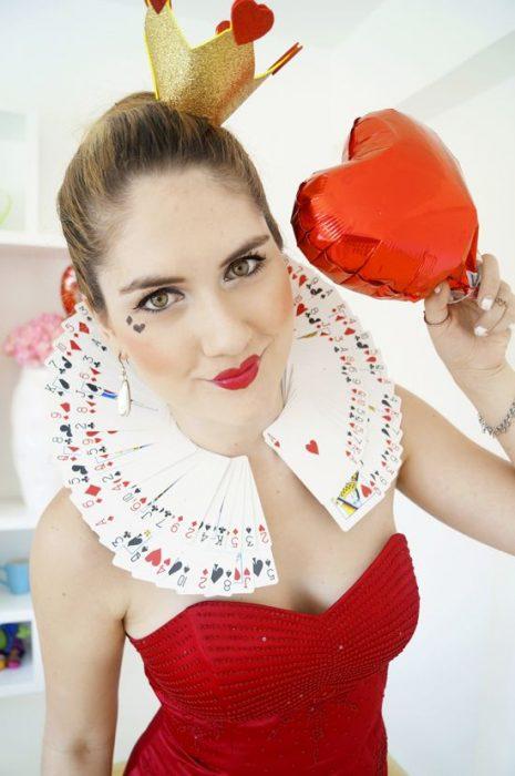 chica con disfraz de reina de corazones