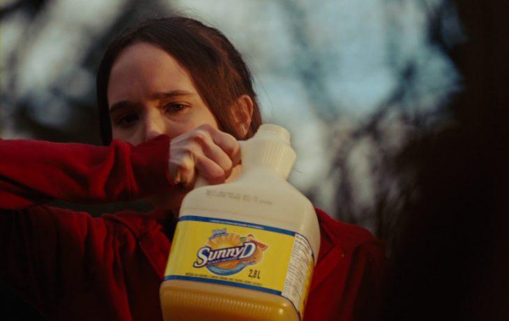 Chica bebiendo jugo de naranja