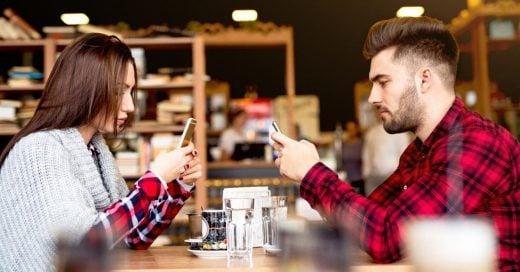 El phubbing, el gesto de desprecio que se ha vuelto normal entre las parejas