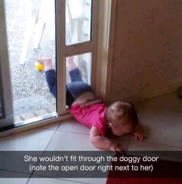 niño rubio entrando por puerta