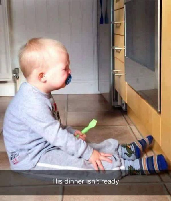 niño rubio llorando enfrente de estufa