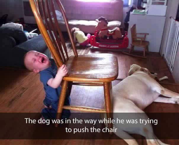 niño rubio llorando y silla